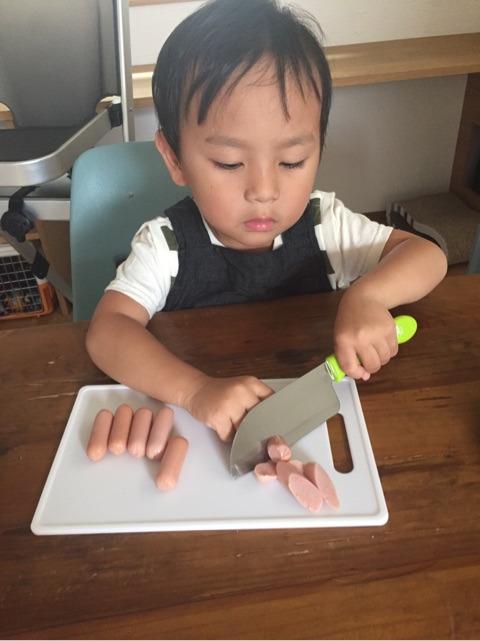 子どもが包丁を使う図